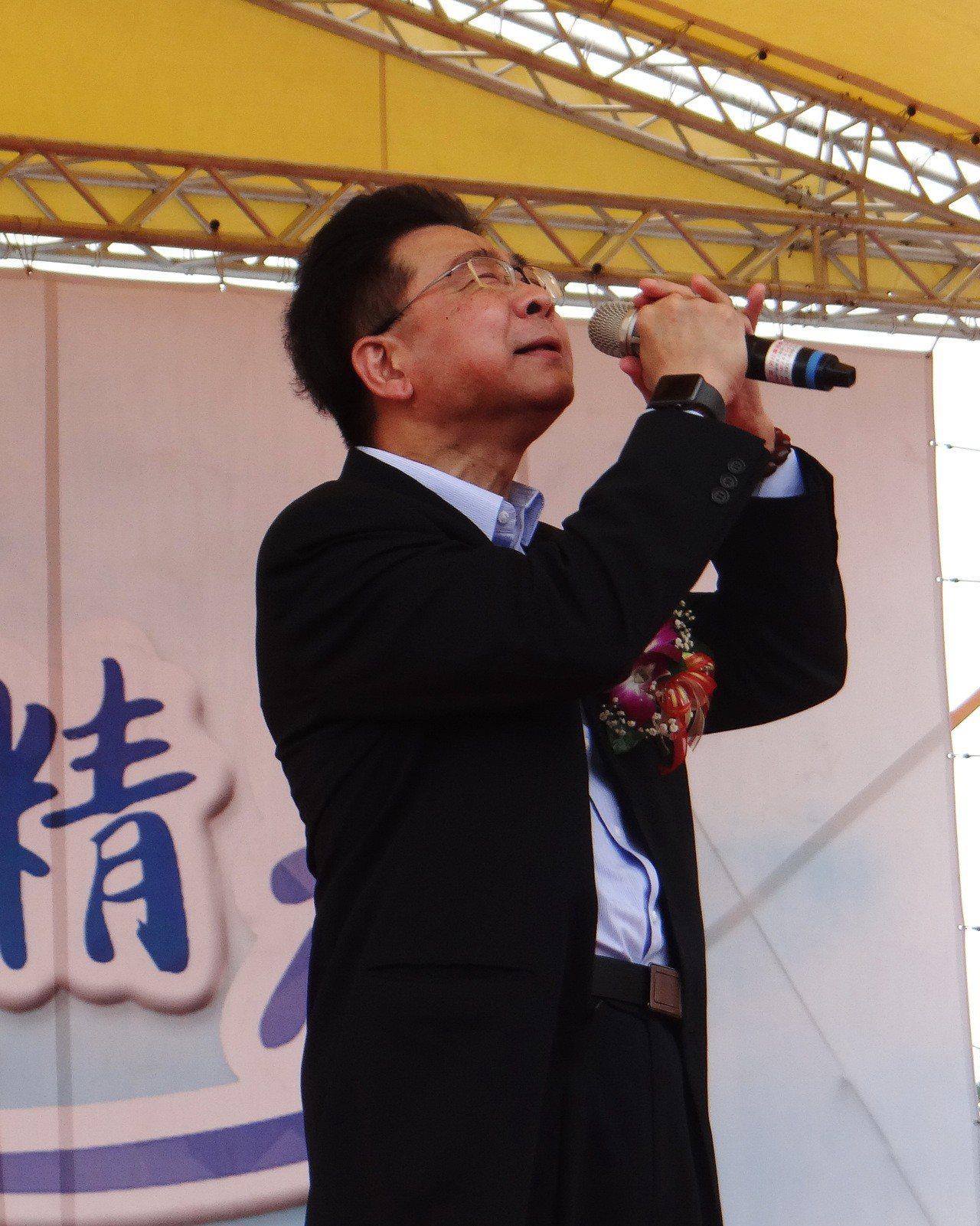 台塑總經理林善志是曾獲五燈獎五度五關的實力唱將,今天回雲林故鄉重執麥克風獻唱,台...