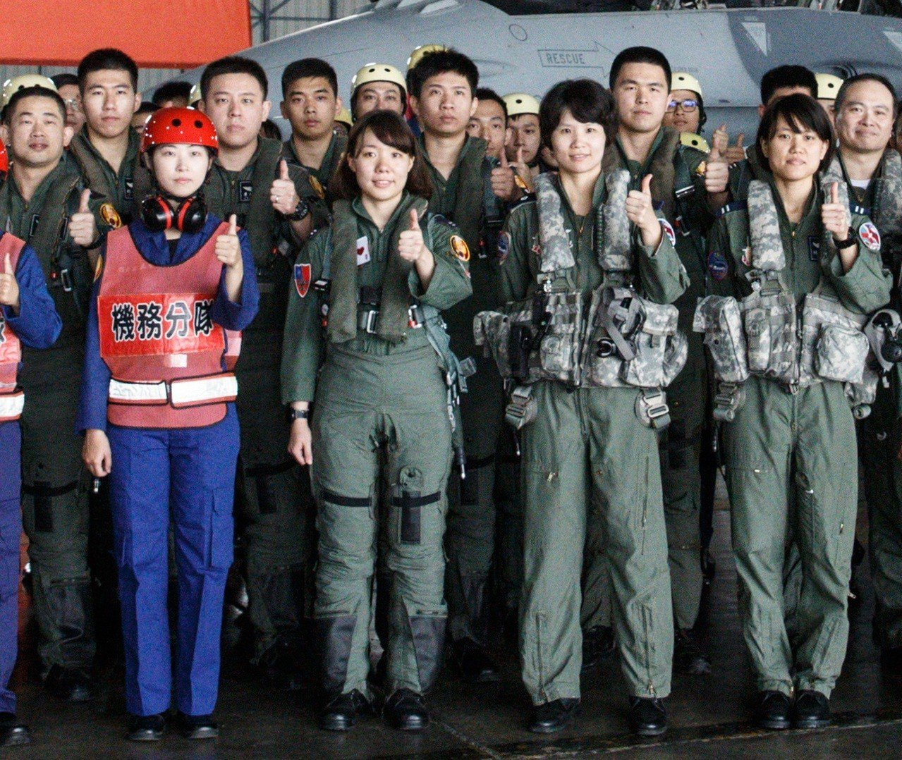 女飛官周琬淳(前排左二)因為飛戰鬥機,必須穿戴綁緊身體與下肢的抗G衣,與一旁兩位...