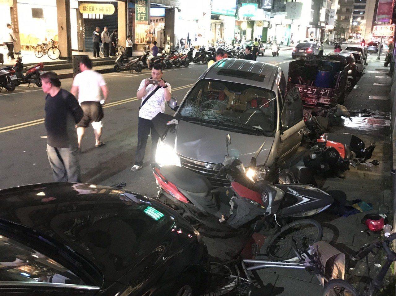 台北市大安區發生休旅車暴衝意外。圖/記者廖炳棋翻攝