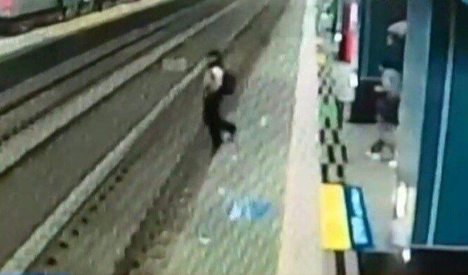 昨天上午11點,台鐵鳳山站發生視障旅客摔落月台意外事故,視障旅客黃姓男子昨在家屬...