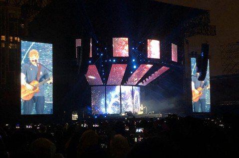 英倫暢銷歌手紅髮艾德來台高唱,穿著輕便,僅著T恤及牛仔褲,一連演唱多首金曲,在唱開場曲「Castle on the hill」之前就秀中文高喊「你好」,讓全場2.5萬歌迷尖叫。紅髮艾德一連帶來多首金...