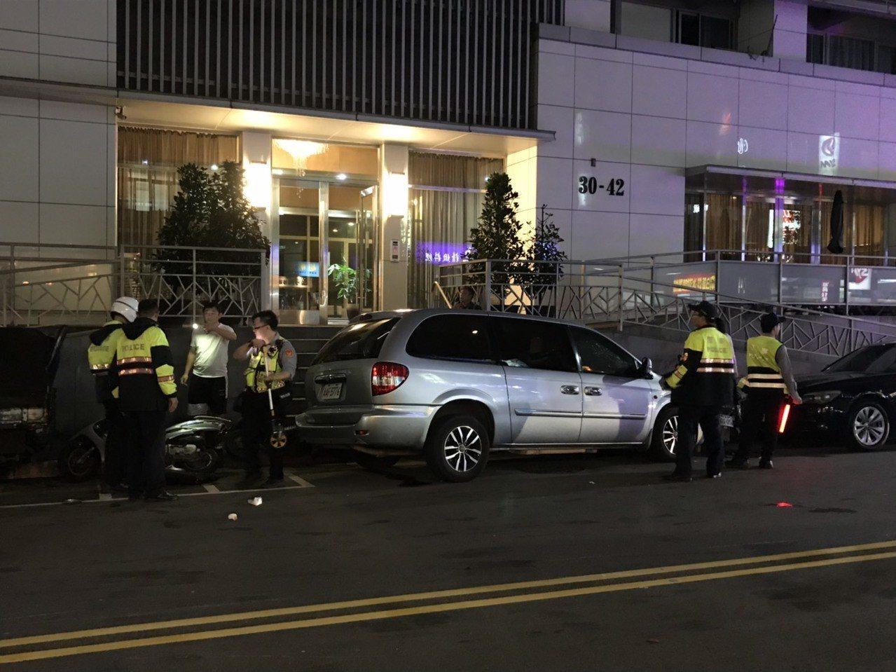 陳姓駕駛休旅車,突然暴衝撞了7輛機車、3輛汽車。圖/記者廖炳棋翻攝