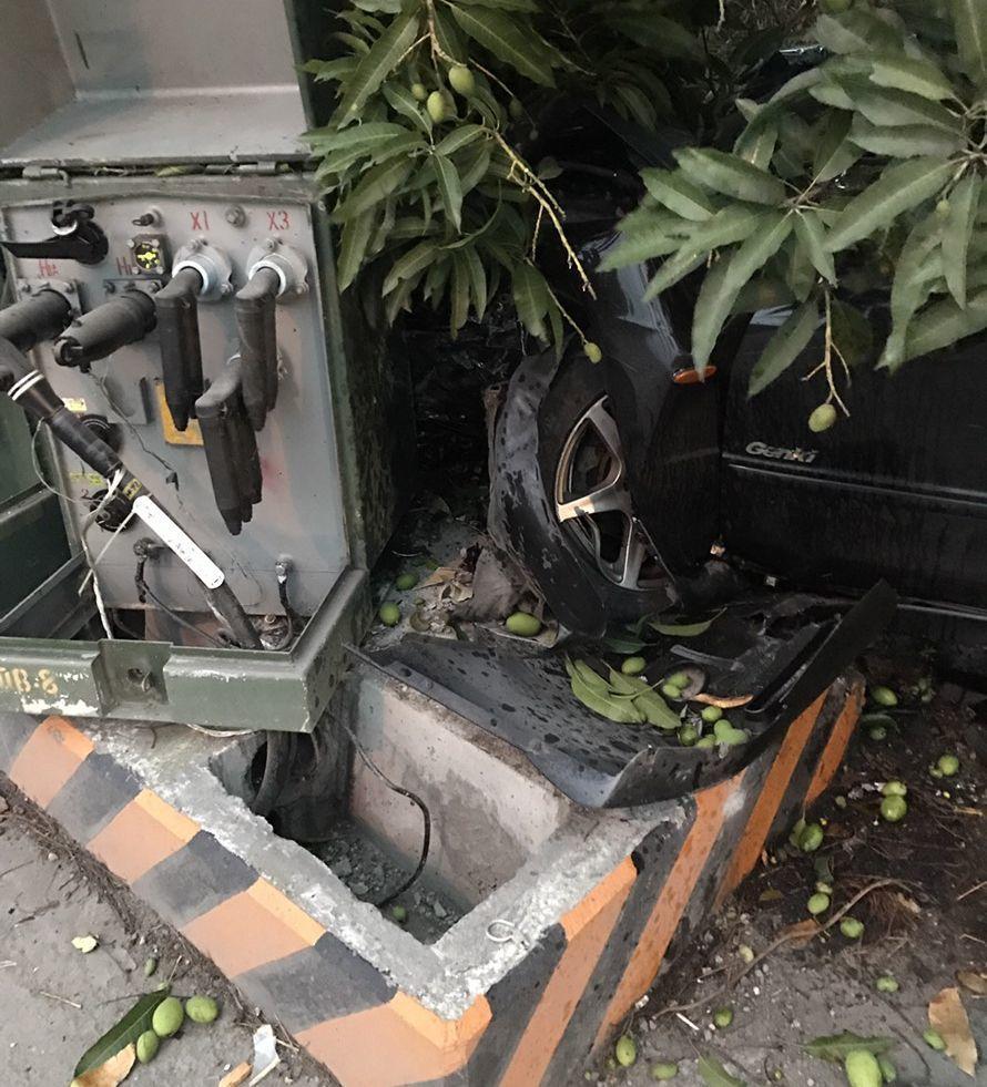 南投縣24歲李姓男子今天開車撞壞台電變電箱,所幸人無礙,也未造成停電,台電明將派...