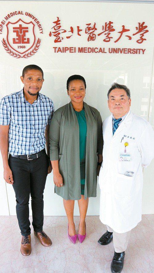 廖學聰(右一)去年1月返台確診後,仍積極協助史國實習醫師計畫。 記者陳雨鑫/攝影