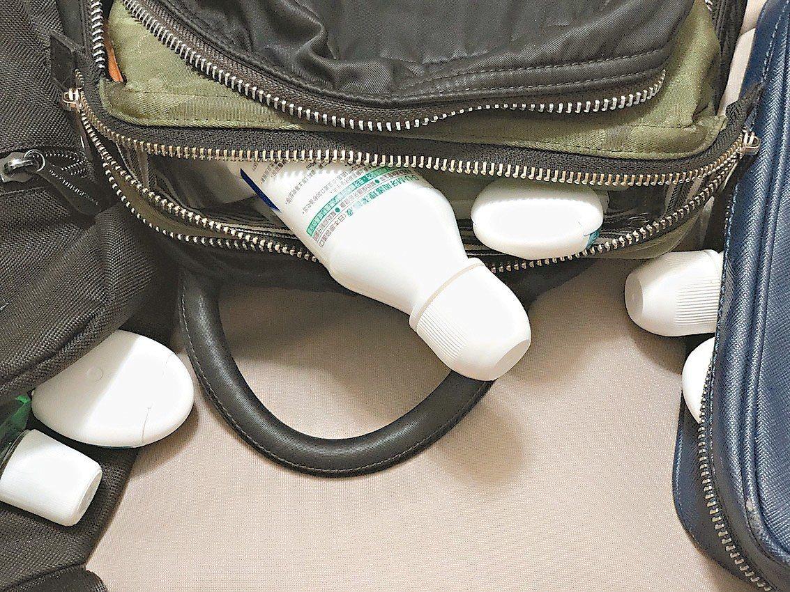包包內裝有漱口水與牙線。 圖/王景新提供