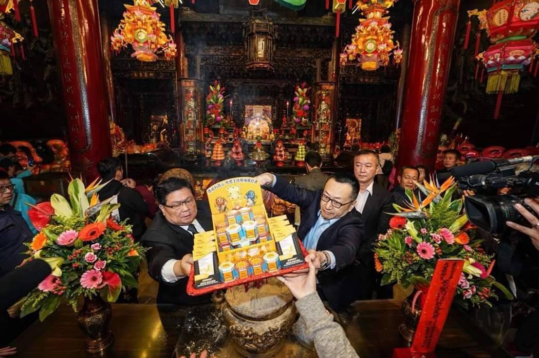 大甲媽祖和虎標聯名產品,由顏清標(左)帶領在媽祖香爐前過火。 圖/大甲鎮瀾宮提供