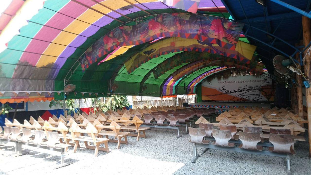逐鹿社區目前只有簡易又悶熱的表演和用餐區。 記者謝恩得/攝影