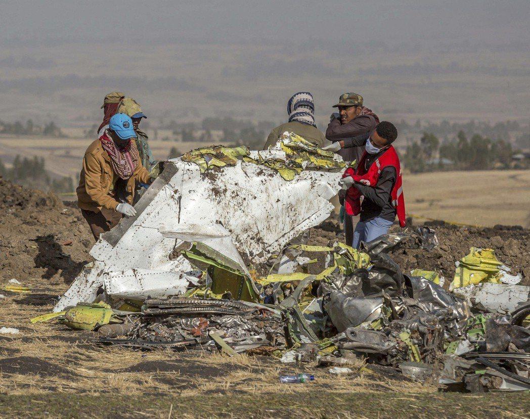 衣索比亞空難現場一片狼藉,滿地殘骸景象令人感到怵目驚心。 (美聯社)