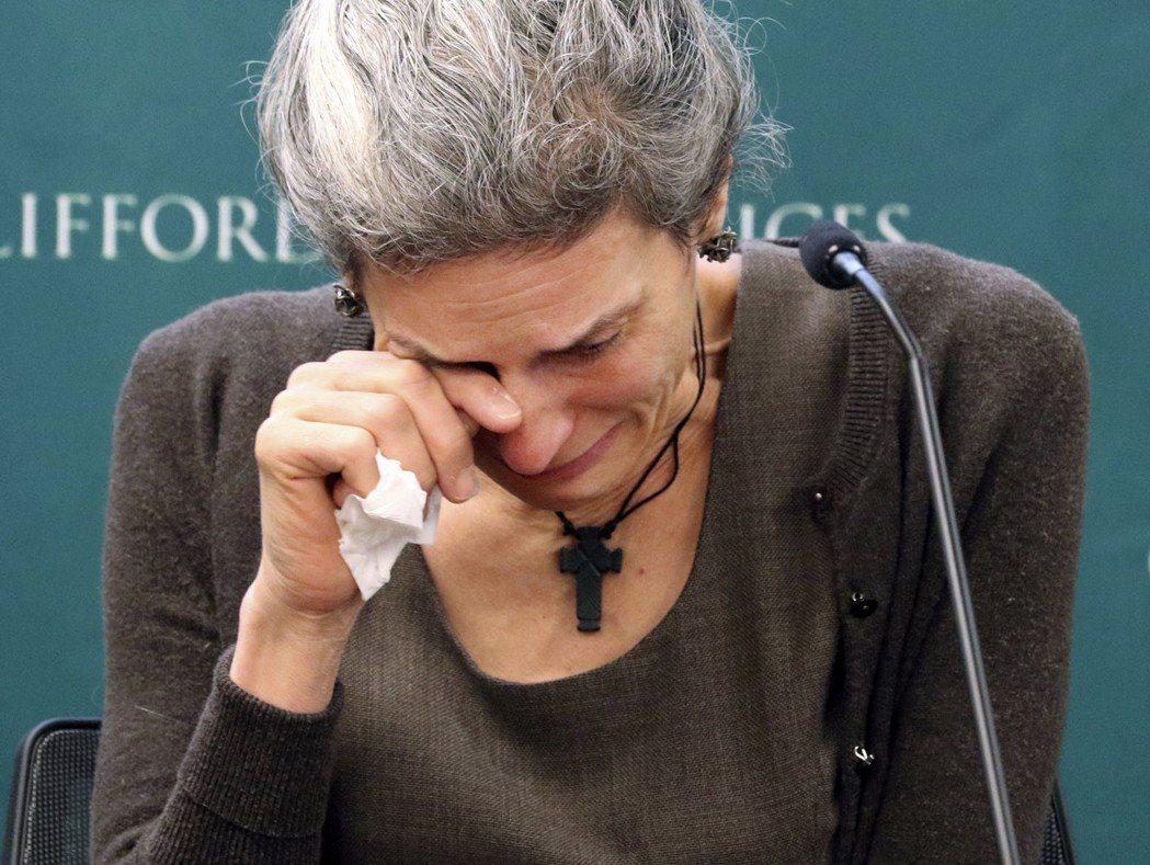 衣航空難罹難者斯圖莫母親納笛雅.米雷倫4日在記者會上聲淚俱下,要波音還她的女兒公...