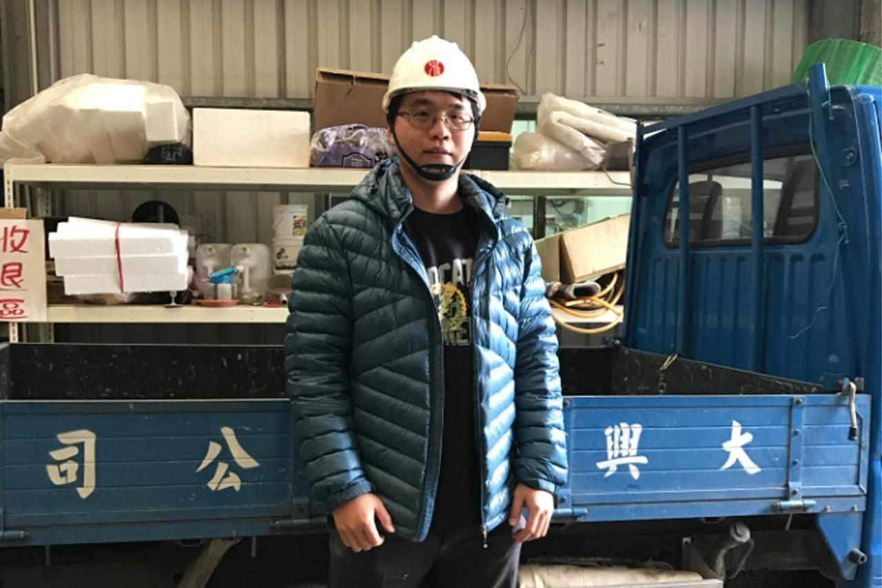 30歲的張家綸,是一間營造公司負責人,抱著靠人不如靠己的心態,非土木相關科系出身...