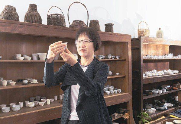 廖寶秀對茶器有研究。 陳立凱/攝影