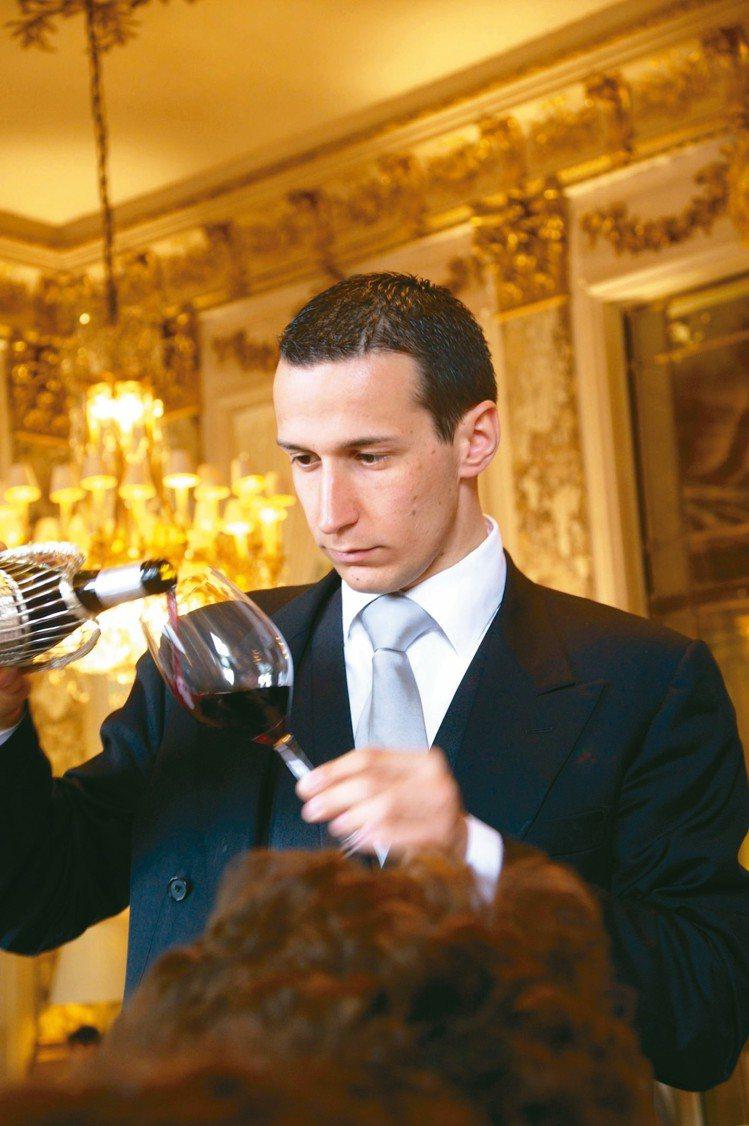 侍酒師是高級餐廳水準的指標之一,過去的三星餐廳Le Meurice的年輕侍酒師。...