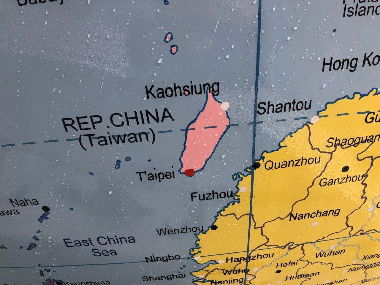 倫敦政經學院設立一座地球儀公共藝術品,把台灣和中國劃分為不同顏色,遭到中國留學生...