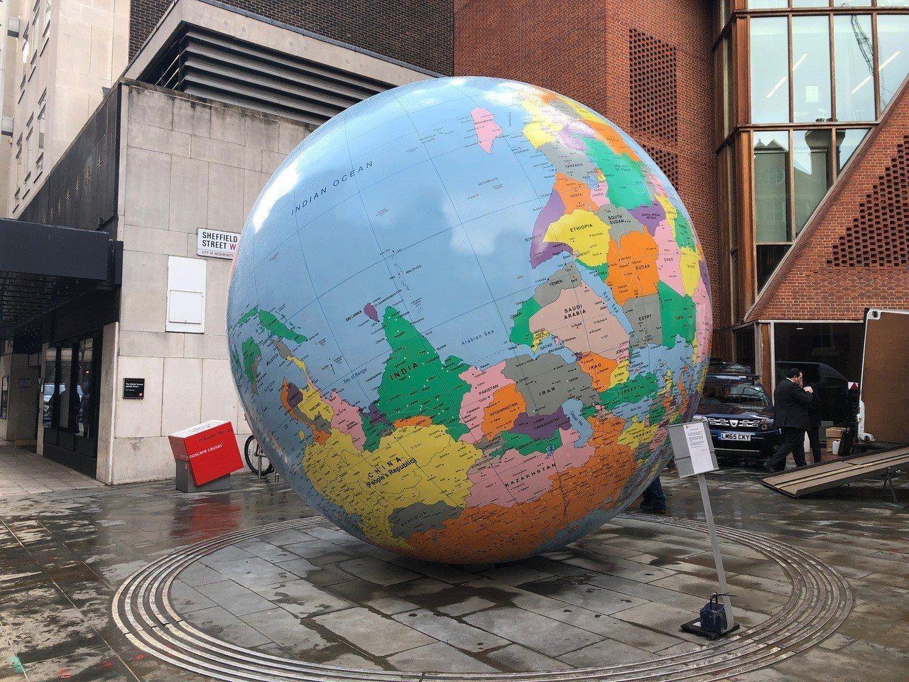 倫敦政經學院於3月26日展示設在學生中心外的公共藝術品「反轉的世界」,由透納獎得...