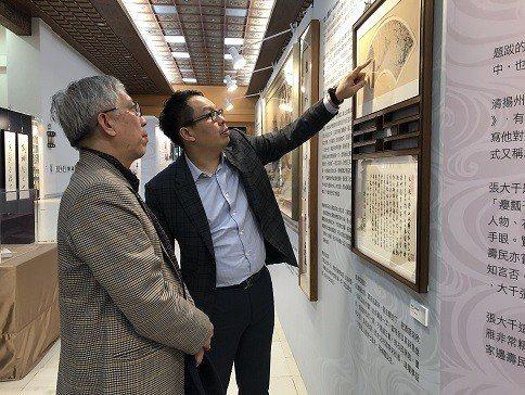 葉國新博士(右)親自為國父紀念館館長梁永斐導覽。 邱四珍/攝影