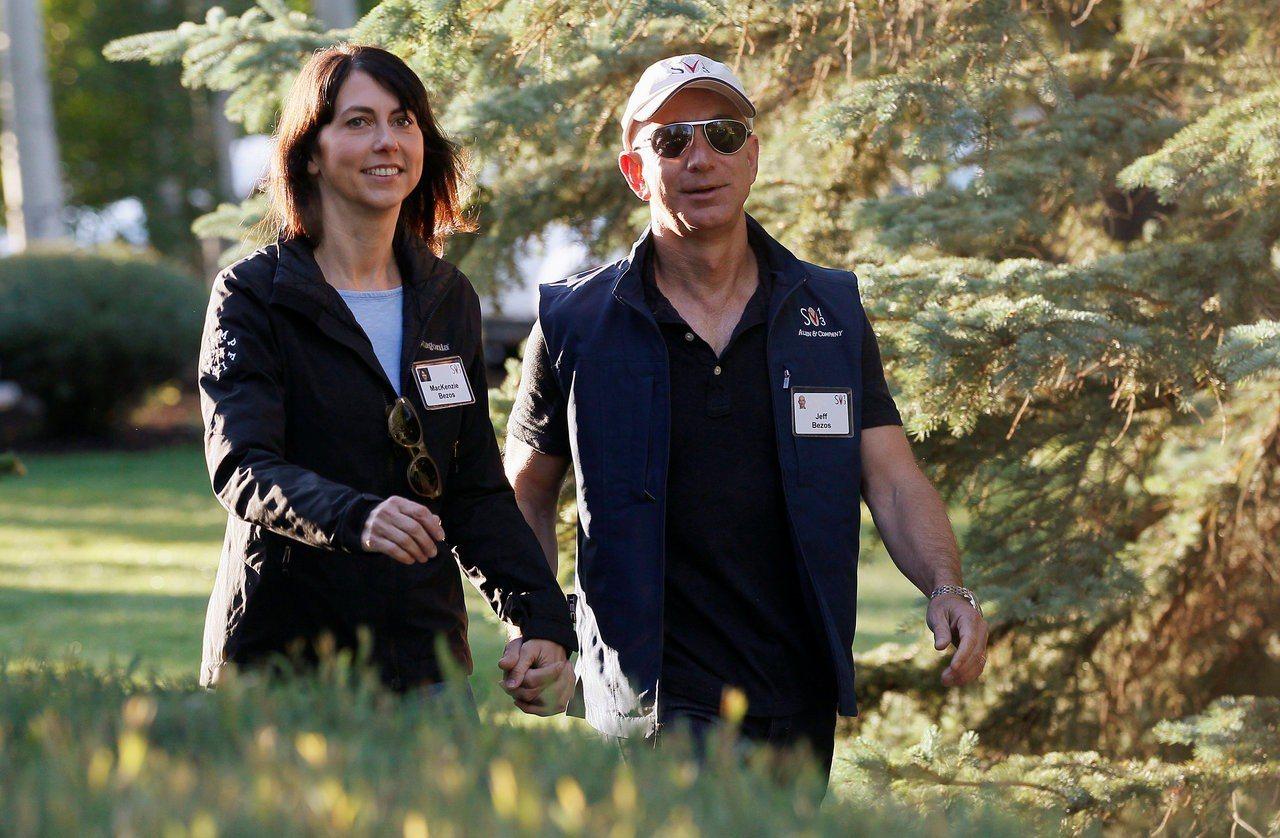 全球最富有的夫妻貝佐斯(右)和麥肯琪(左)4日正式解除婚姻關係。麥肯琪分得的資產...