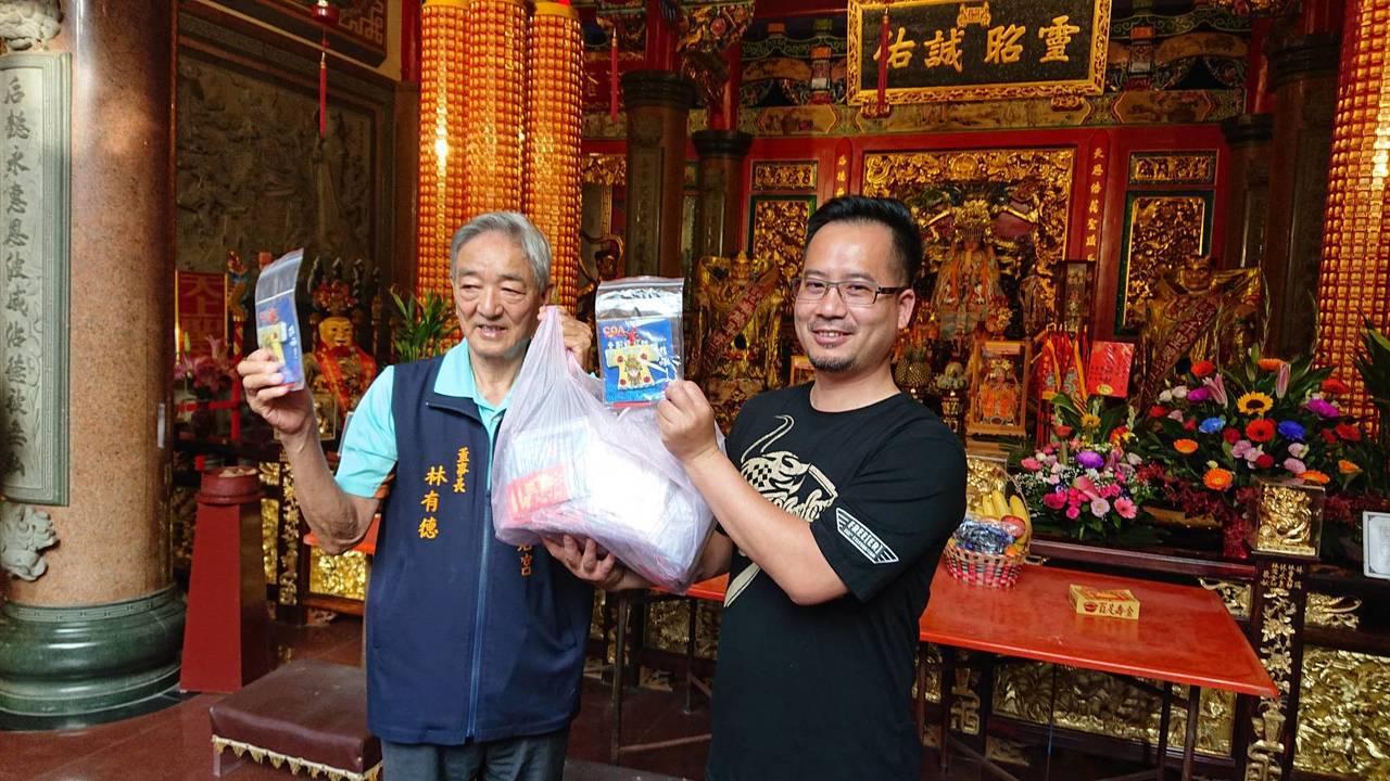 台東天后宮董事長林有德(左)致贈禮物給參與環台的重機車手。記者尤聰光/攝影