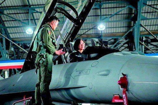 蔡英文總統昨天視導空軍第四聯隊,慰勉日前攔截監控中共解放軍戰機的技勤人員。...