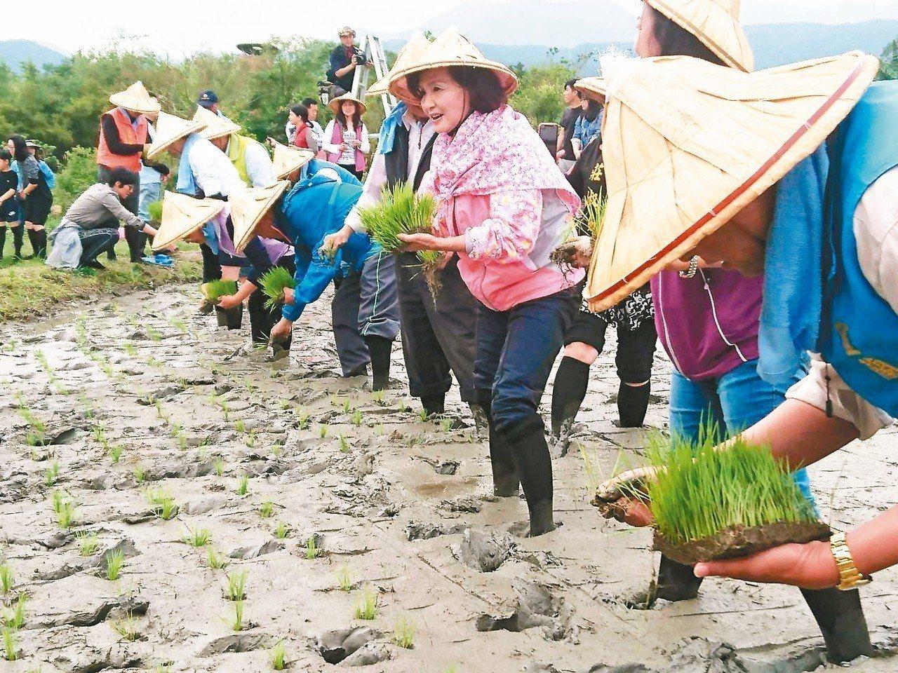 宜蘭綠色博覽會正在生態綠舟舉辦,縣長林姿妙(中)示範如何插映,歡迎民眾搭乘大眾運...