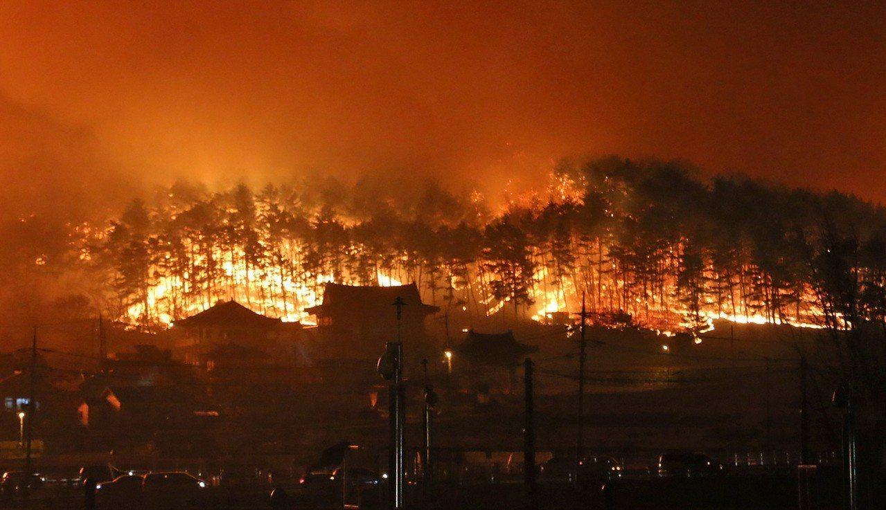 南韓江原道東部地區4日發生大規模火災,受災面積達385公頃,目前已知共有1人罹難...