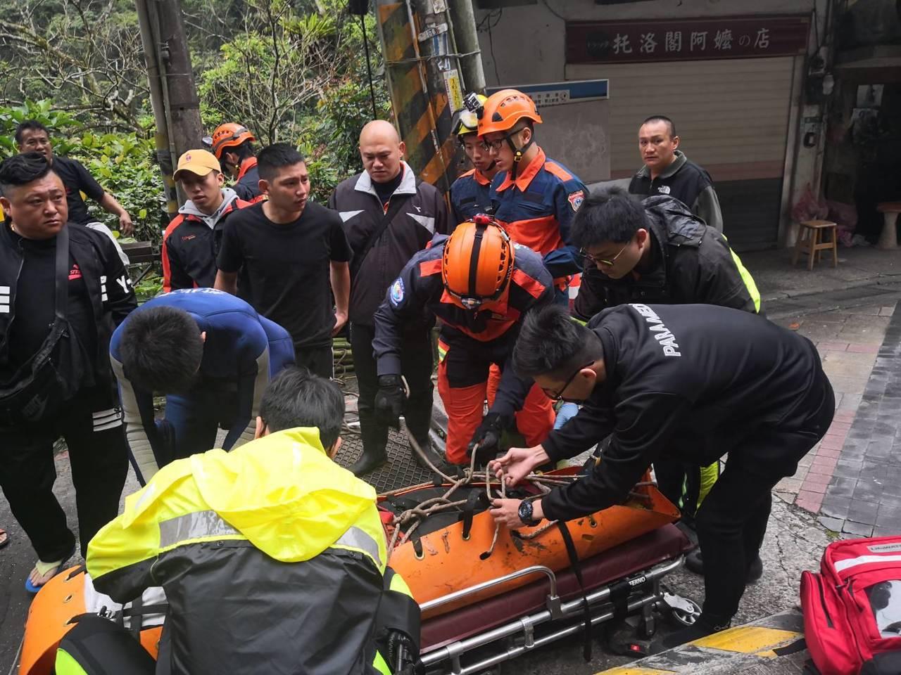 新北市烏來區今天發生一起失足墜溪意外,石姓男子被人發現倒臥在台車站對面,烏來瀑布...