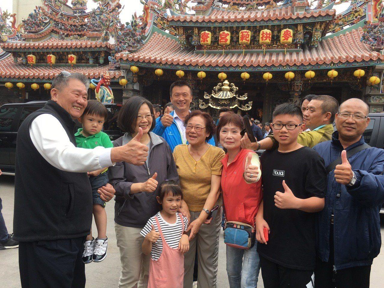 蔡英文總統上午南下雲林參拜拱範宮與民眾合照。記者陳雅玲/攝影