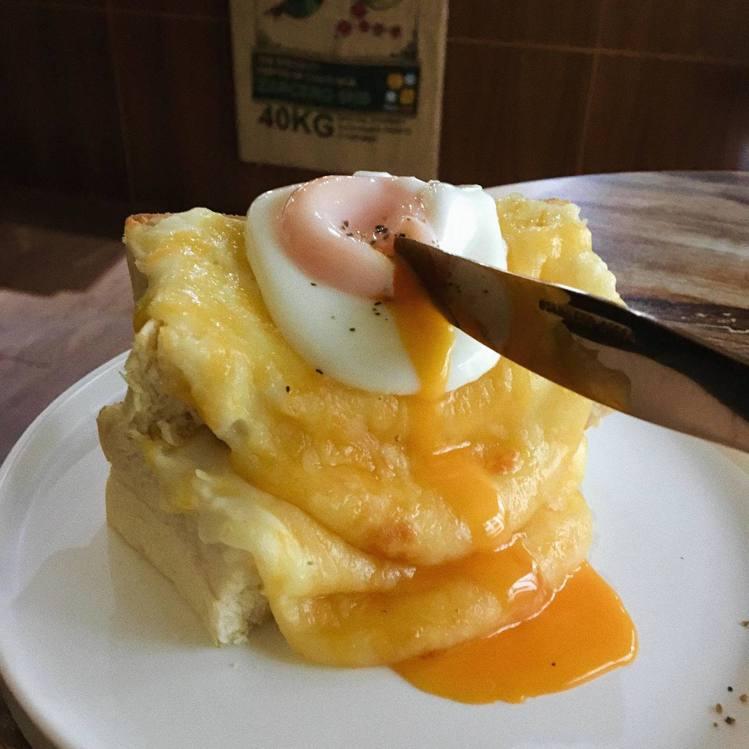 「六街精品咖啡館6st.」餐點視覺也滿分,圖為薯泥起司瀑布+水波蛋。圖/「六街精...