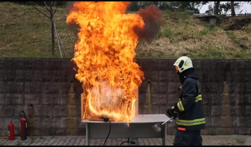 盛水澆起火的油鍋,反而造成更大火勢。圖/取自消防署臉書