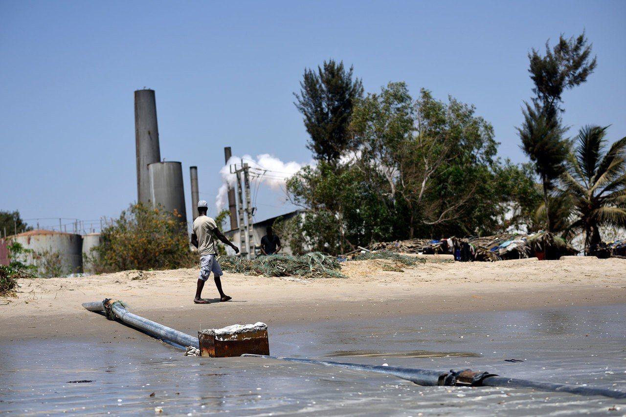 金領魚粉工廠的排放管將汙染物排入大海。路透