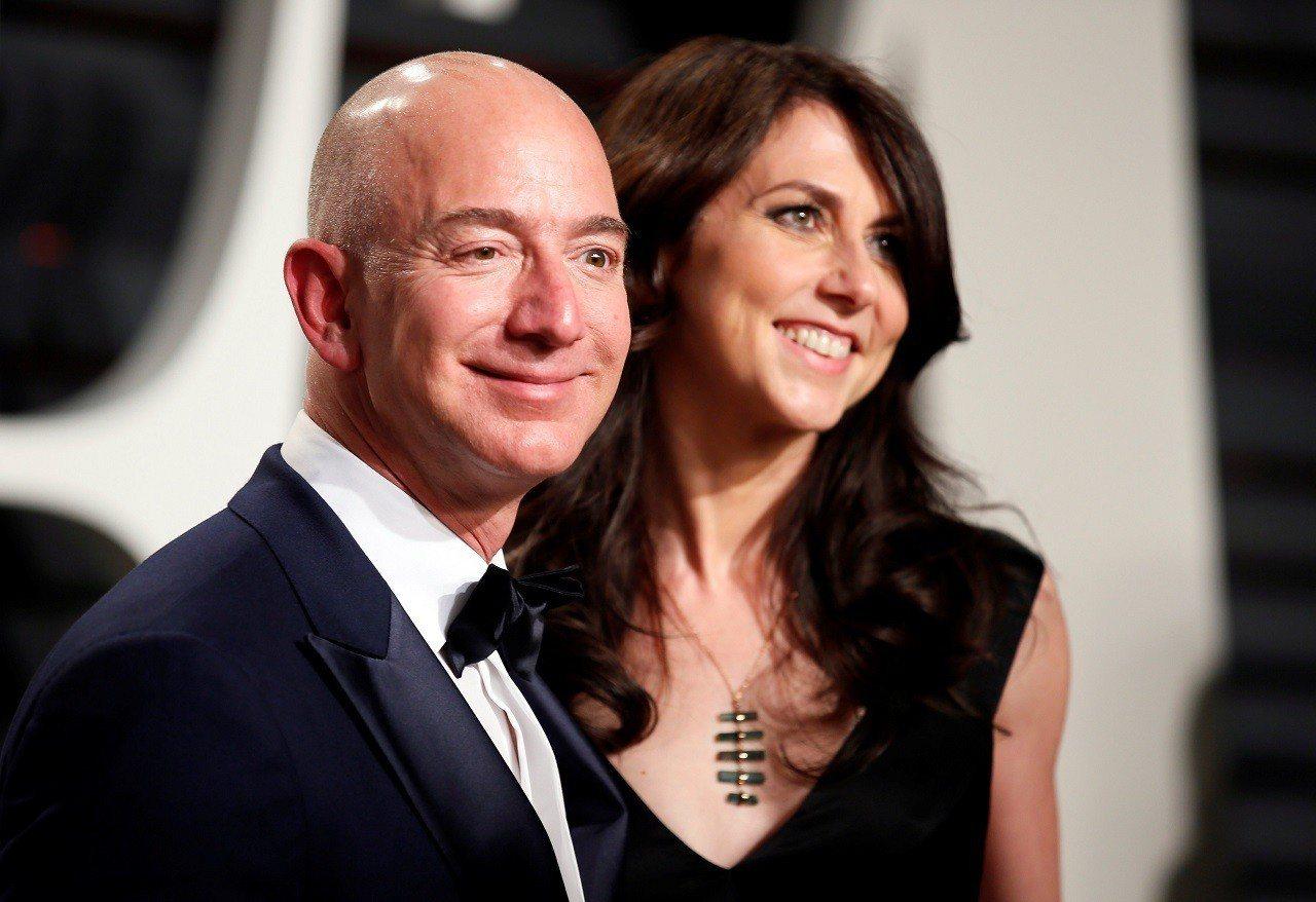 亞馬遜創辦人貝佐斯與前妻麥肯琪2017年2月26日出席浮華世界主辦的奧斯卡獎會後...