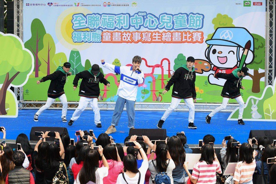 鼓鼓嗨慶兒童節,合體超市萌主「福利熊」一起寫生。圖/相信音樂提供