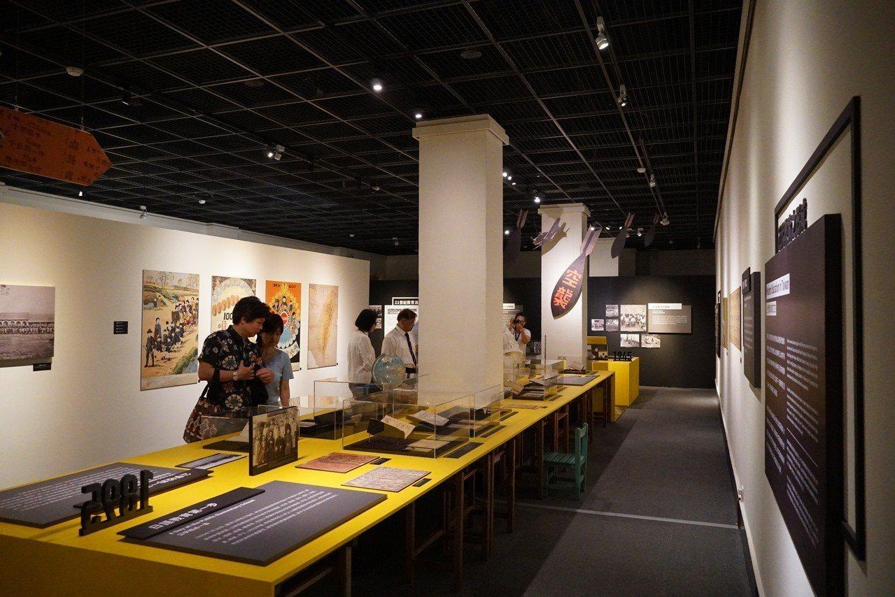 高雄市歷史博物館推出「台灣教育典藏展@高雄」特展,蒐羅了高雄地區從清代至當代教育...