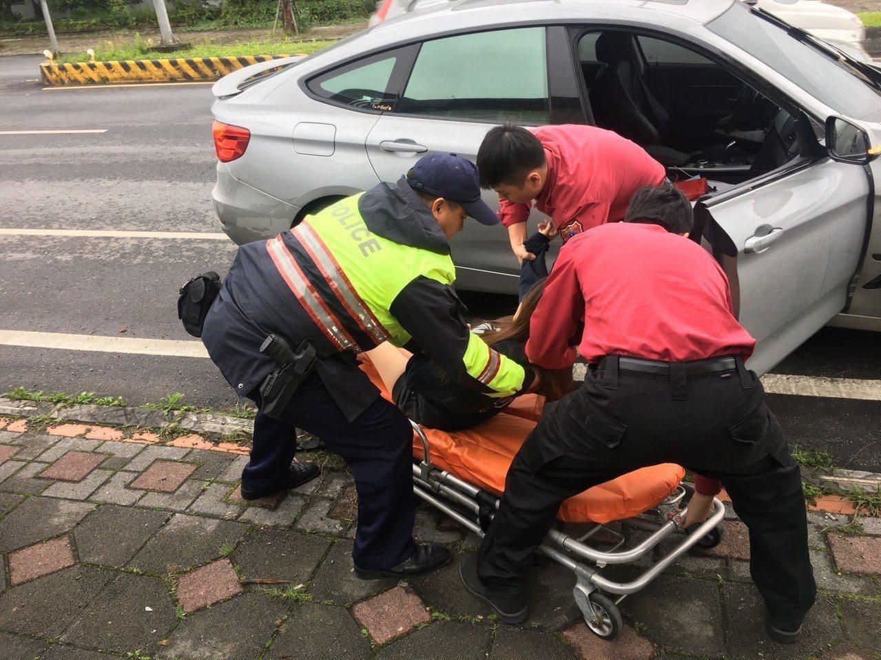 警、消聯手將孕婦抬上擔架。記者余衡/翻攝