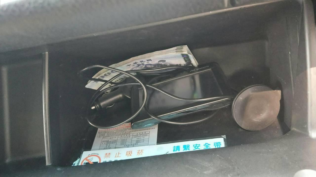 謝男車輛違停遭警方攔查,發現謝男非法從事詐騙集團車手,起出9張土地銀行提款卡與現...