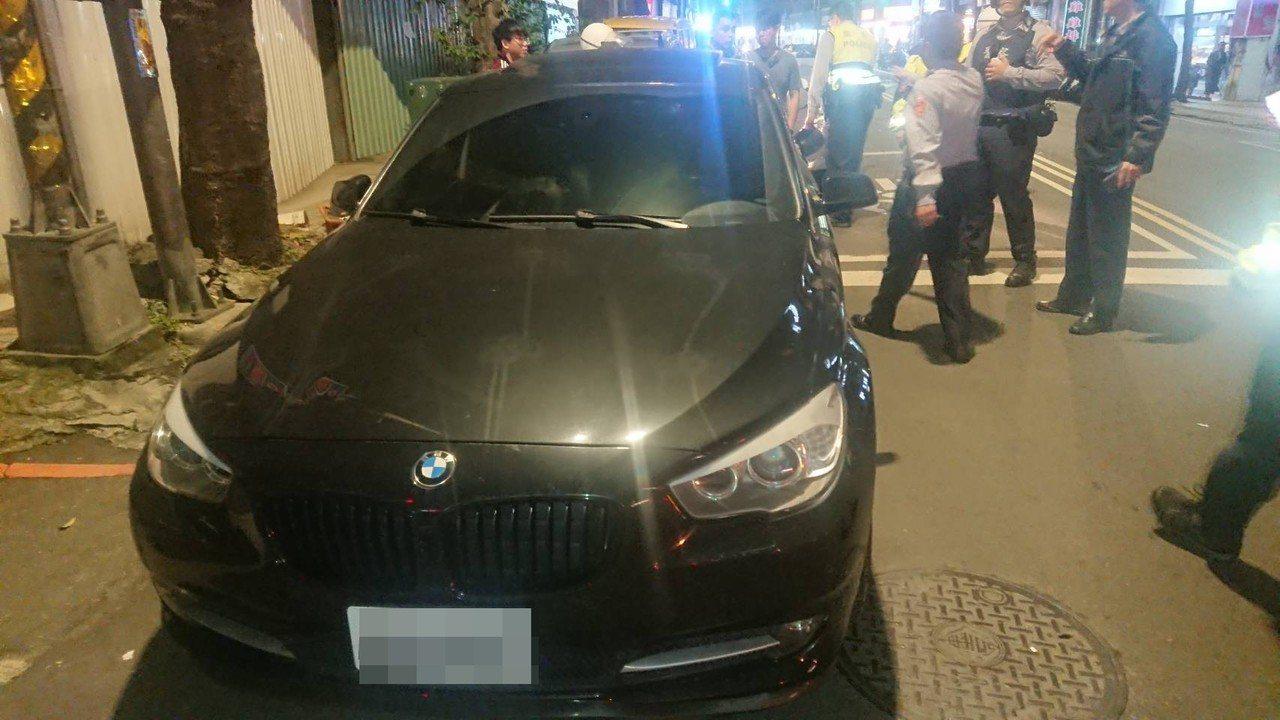 新北市劉姓男子4日晚上駕駛BMW530汽車行經中和區南華路與景平路口時,遭一輛黑...