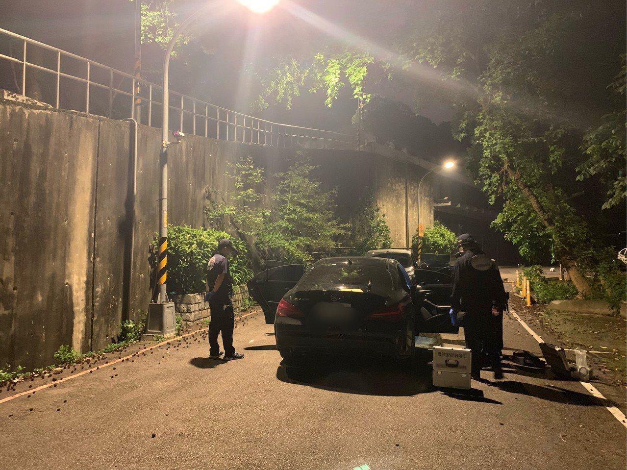 新北市中和區昨天晚上發生街頭槍擊案,一輛BMW汽車遭人連開8槍,中和警方於案發後...