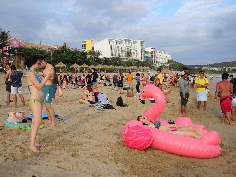 墾丁音樂季唯一的大型售票音樂會「夏都春宴」昨天登場,單日票房開出比去年大跌一半,沙灘人潮也比去年少一半。記者潘欣中/攝影