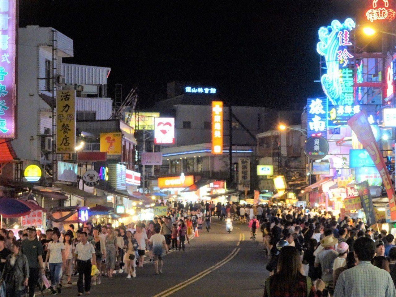 清明連假首日入夜後的墾丁大街;攤商說,人潮遠不及過去的大假日。記者潘欣中/攝影