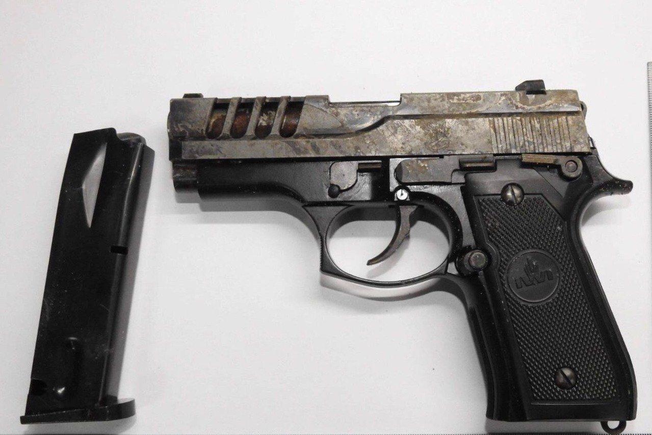 警方逮捕4名涉案男子並起出一把改造手槍。記者鄭國樑/翻攝