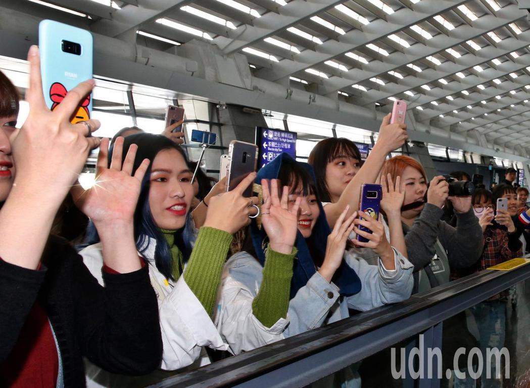 韓國男團「VIXX」的Ravi下午抵台,粉絲們大叫Ravi。記者鄭超文/攝影