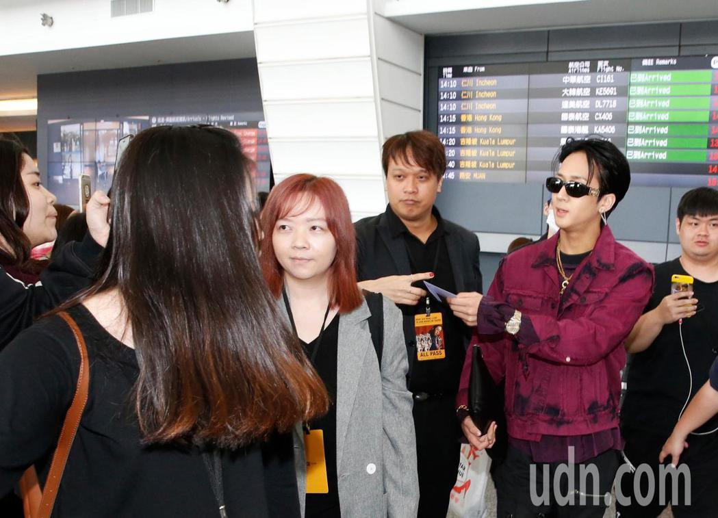 韓國男團「VIXX」的Ravi下午抵台,他開心地向粉絲們揮手致意。記者鄭超文/攝...