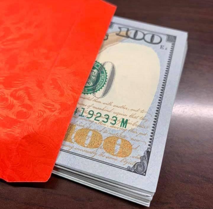 新北市莊姓老翁將一疊面額百元美金現鈔交給兒子,兒子信以為真去銀行兌換,沒想到卻被...