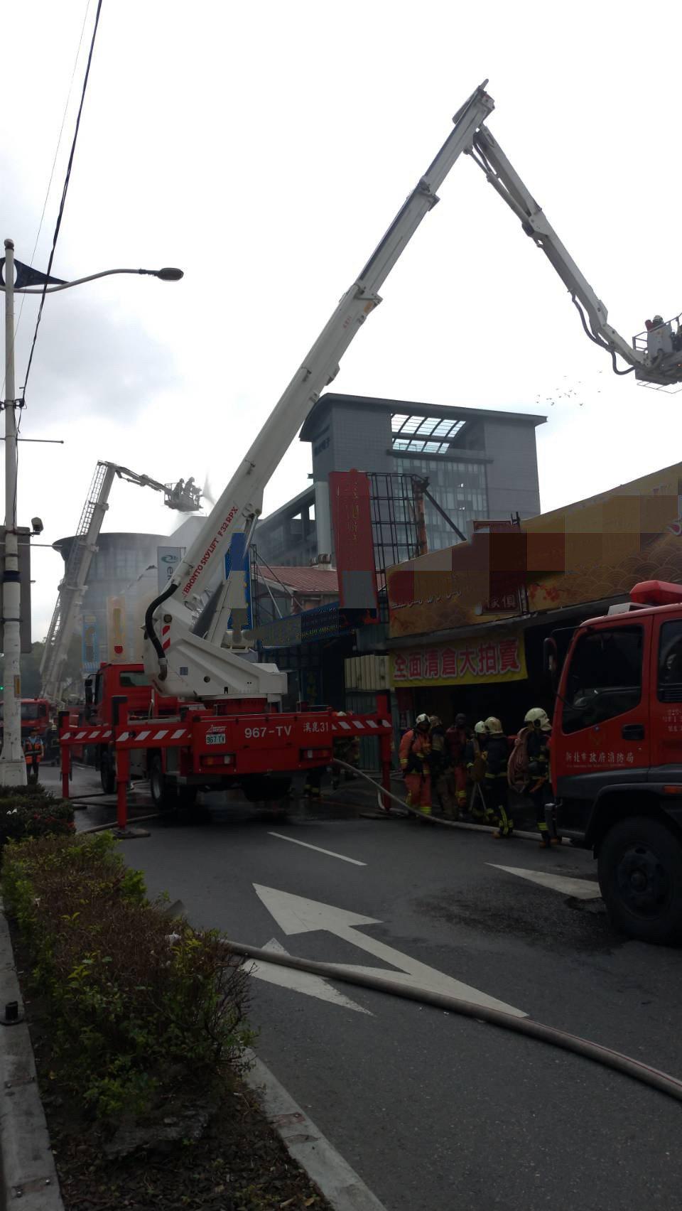 消防人員出動灑水車在現場灌救,所幸火勢迅速受到控制,無人傷亡。記者巫鴻瑋/翻攝