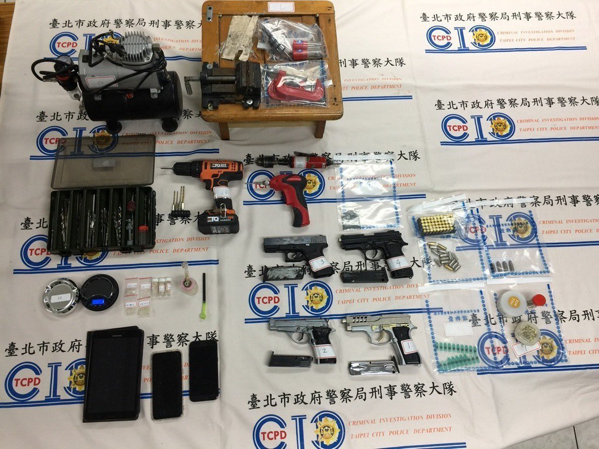 警方3月25日到黃嫌所開的工程行搜索時,當場查獲改造手槍4枝、子彈4顆、火藥、底...