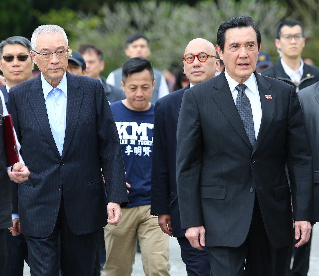 國民黨主席吳敦義(左一)與前總統馬英九(右一)下午出席「蔣公,我們懷念您!」活動...