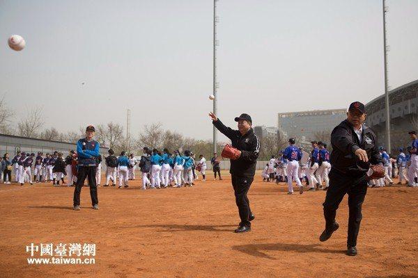 第三屆海峽兩岸學生棒球聯在北京開賽,由大陸國台辦副主任龍明彪開球。(中國台灣網)