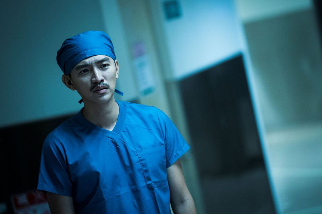 曾少宗卸下奶油花美男外表,蓄鬍演出「生死接線員」戲中的創傷外科醫師。圖/公視提供