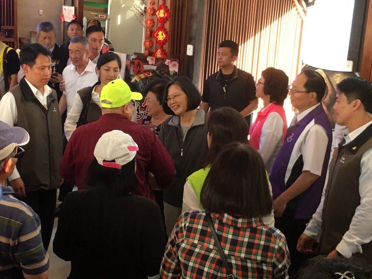 總統蔡英文今天下午到雲林土庫鎮與民座談,受到民眾熱情歡迎。記者陳雅玲/攝影