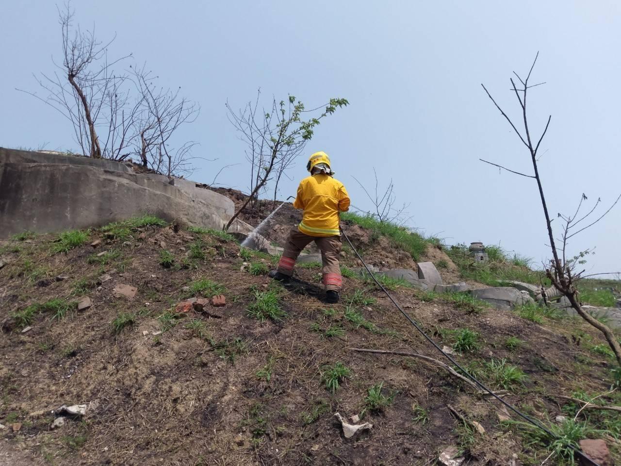 消防員使用輕量化消防衣改良滅火車輛,對抗公墓火警效果佳。圖/ 消防五大隊提供