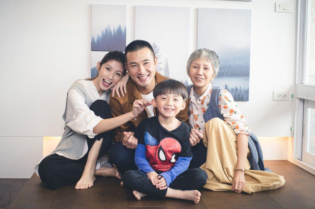 李千那(左起)、傅子純、陸弈靜主演民視金鐘好戲「老鼠捧茶請人客」。圖/民視提供
